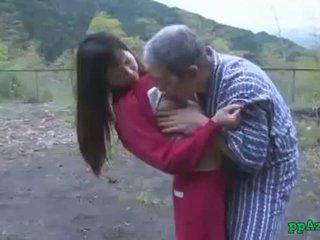 אסייתי נערה getting שלה כוס licked ו - מזוין על ידי ישן אדם זרע ל תחת בחוץ ב