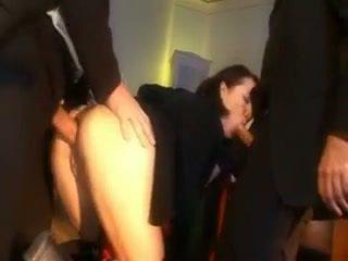 Ondeugend schoolmeisje bestraft met een piemel in haar bips en mond