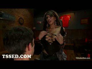 Gros seins travelo yasmin lee bounds two guys en bar