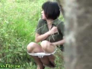 아시아의 sluts piss outdoors