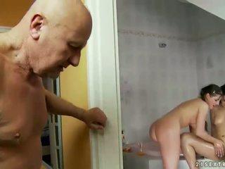 Grootvader en two tieners urineren op elk ander