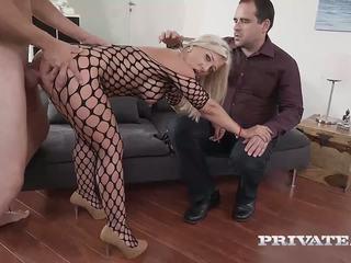 Milf nikyta enjoys dur anal tandis que son mari watches