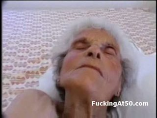 Senile wrinkled babičky gives výstřik a je fucked podle devian