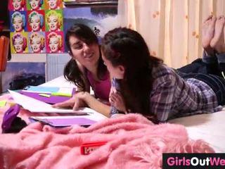 Süß haarig lesbisch teenies finger jeder andere
