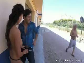 Δημόσιο nudity teasing να Καυτά τσιμπούκι