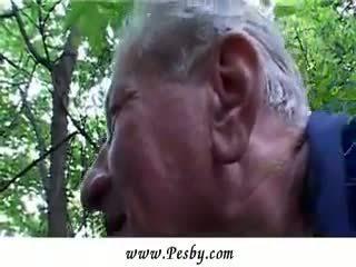 Ekstrēms krūtainas mazulīte gets fucked līdz an vecs vīrietis