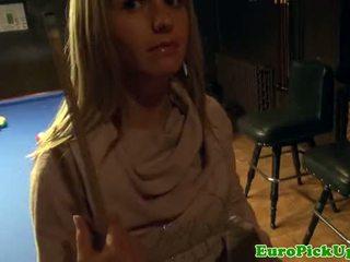 Sexy pulled tiener flashes haar tieten in bar