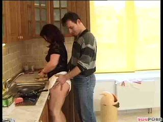 Brunett honung gets en cooking lesson 1/5