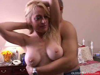 Kinky oud spunker gives een sloppy aarslikken en gets een sticky facial