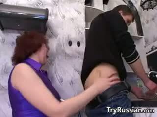 Ruský matka wants a mladý kohout