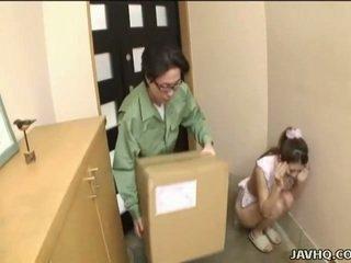Солодка японська підліток примусовий в мінет