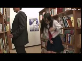 Schoolmeisje geboord door bibliotheek geek 12