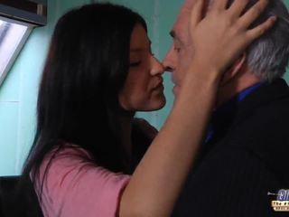 Stary nauczycielka gets a seks przerwa z młody student