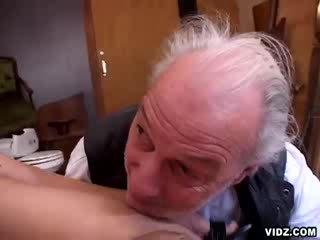 Poulette allows grand dad's bite à wander