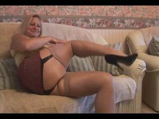 Pieauguša blondīne ar liels ķermenis uz ciešas mini svārki