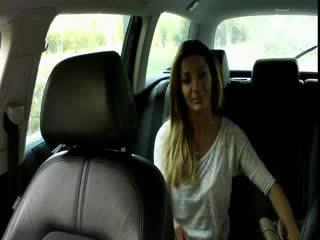 Iso koekäytössä ruskeaverikkö amatööri bangs sisään taxi