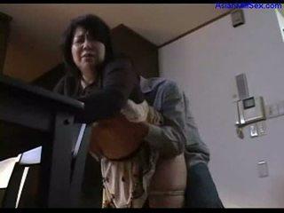 Krūtainas resnas mammīte giving minēts par guy rubbing dzimumloceklis ar bumbulīši