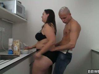 Karstās lielas skaistas sievietes sekss pie the virtuve