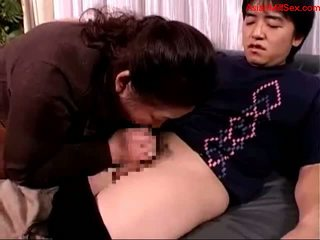 Дебели възрастни жена giving духане за млад guy изпразване към уста spitting към palm на на диван getting тя зърна sucked на на легло