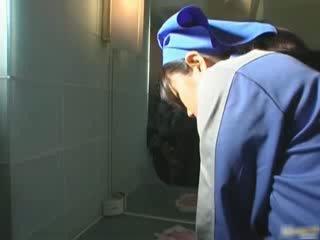 الآسيوية مرحاض attendant cleans خاطئ