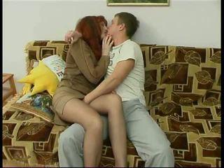 Russisch rijpere mam en een vriend van haar zoon amateur: porno f6