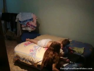 Jong schoolmeisje bonks voor helpen nabij math project