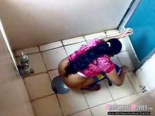Ινδικό κυρίες filmed επί κατάσκοπος σπέρμα σε ένα δημόσιο τουαλέτα