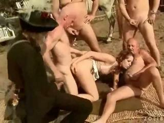 Two grandpas neuken en urineren op heet rondborstig meisje