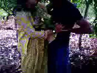 Guy succeeded en à baise son fille ami en forêt