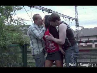 ציבורי סקס ציבורי שלישיה ב a רכבת תחנה