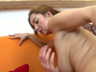 驚人 成熟 不 母親 fucks 她的 年輕 lover: 高清晰度 色情 5b