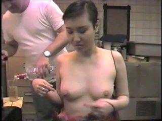 Κορεατικό ex-model slumming αυτό τσιμπουκώνοντας dicks σε ένα μπαρ: πορνό 2b