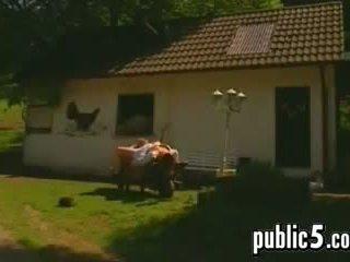 Duits koppel op een boerderij neuken