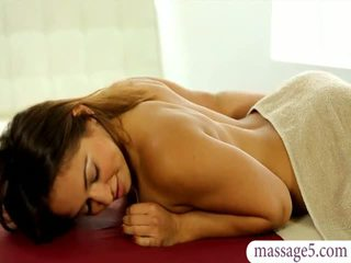 漂亮 masseuse sara luvv gets 性交 和 jizzed 上 屁股