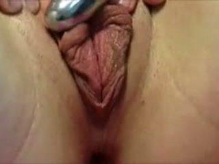 Rubbing viņai vāvere lips ar a vibrātors