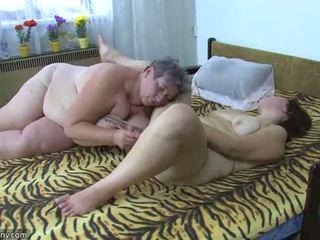 Oldnanny mollig dames masturbate met een speelbal