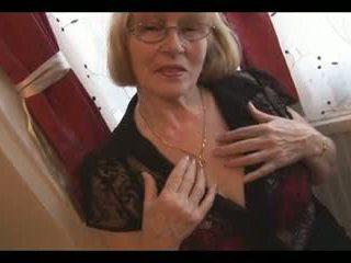 Upslika greanny in nylons stripping