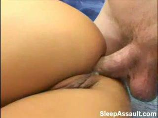 Blondine geneukt in haar bips terwijl slapen
