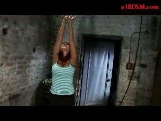 Голям бюст момиче getting tied нагоре mouthgagged whipped путка stimulated с вибратор от майстор в на тъмница