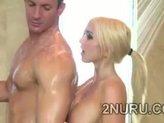 Duży stacked blondie seduces hunky perv w the prysznic