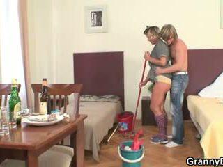 Làm sạch người phụ nữ rides của anh ấy sừng tinh ranh