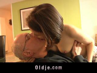 wiek dojrzewania, całowanie, laski