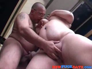 Wanita gemuk cantik remaja pleasuring tua orang dengan dia melon