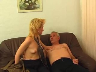 Blond gets hårete fitte pounded