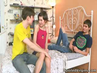 Martina isn't heel zeker hoe things are going naar gaan, maar ze knows she's going naar verliezen haar virginity