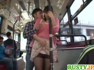 Hana haruna pechugona sucks shlong en autobús