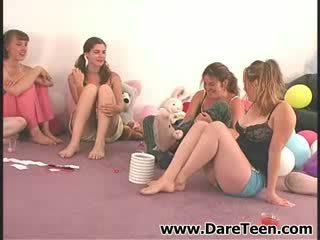 Meitenes uz limo spēlēt truth vai dare