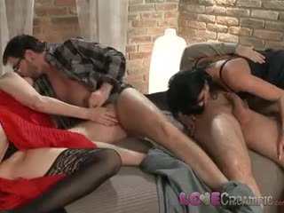 Miłość wytrysk two dojrzała mamuśka swingers dziel się husbands cocks w niegrzeczne orgia