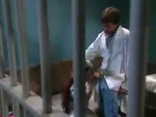 Female enana follada en cárcel por cárcel guard
