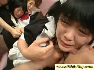 Horký asijské maids gets fucked na the gauč